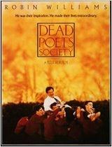 """Em 1959 na Welton Academy, uma tradicional escola preparatória, um ex-aluno (Robin Williams) se torna o novo professor de literatura, mas logo seus métodos de incentivar os alunos a pensarem por si mesmos cria um choque com a ortodoxa direção do colégio, principalmente quando ele fala aos seus alunos sobre a """"Sociedade dos Poetas Mortos""""."""