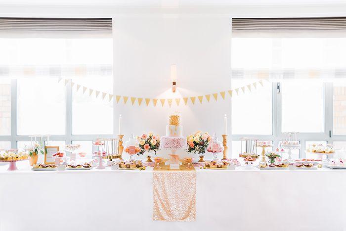 ... Candybuffet, #Candybar und #Hochzeitstorte in den Farben Gold und Rosa