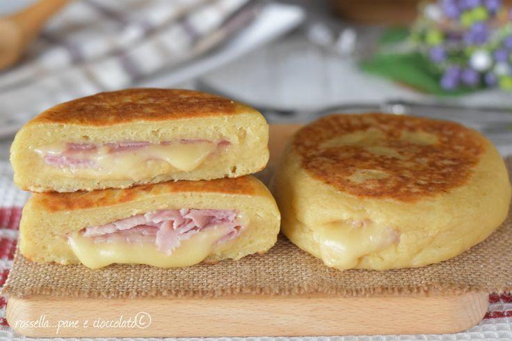 Le Focaccine di Patate prosciutto e formaggio in padella vi faranno impazzire perche' sono troppo sfiziose e si preparano in un attimo!