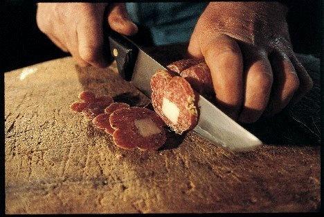 Mortadella di Campotosto (presidio Slow Food), preparata ancora secondo tradizione, con tagli di carne suina magra di prima scelta macinata a grana fine, sale, pepe e una concia di aromi dalla miscela segreta.