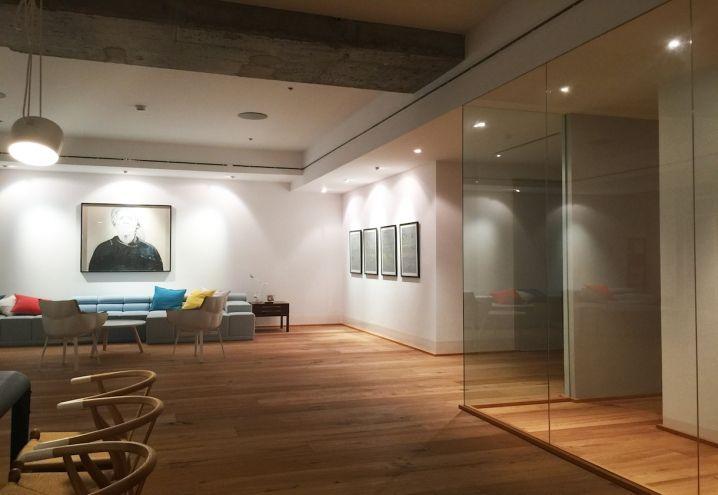 La sala da pranzo e il salotto della Penthouse 59 firmata Marie Laurent. Per distribuire meglio gli spazi, sono stati abbattuti i muri presenti e sono state riaperte grandi finestre precedentemente murate. Le luci sono firmate Viabizzuno, divano e poltroncine B&B Italia