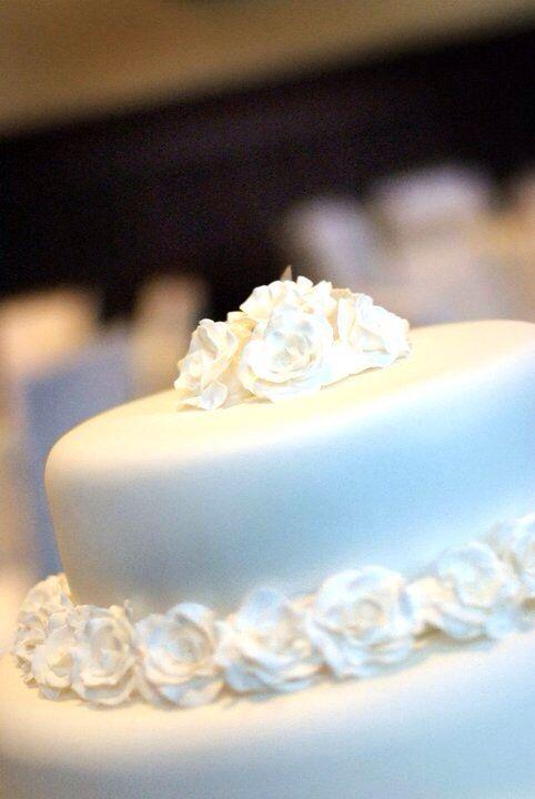 Sugar paste flowers to match my dress #weddingcake