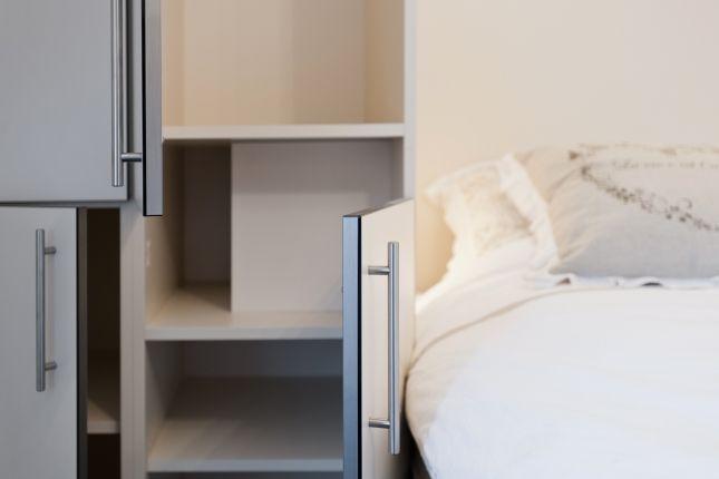 slaapkamers voorzien van zeer praktische kasten - op maat gemaakt