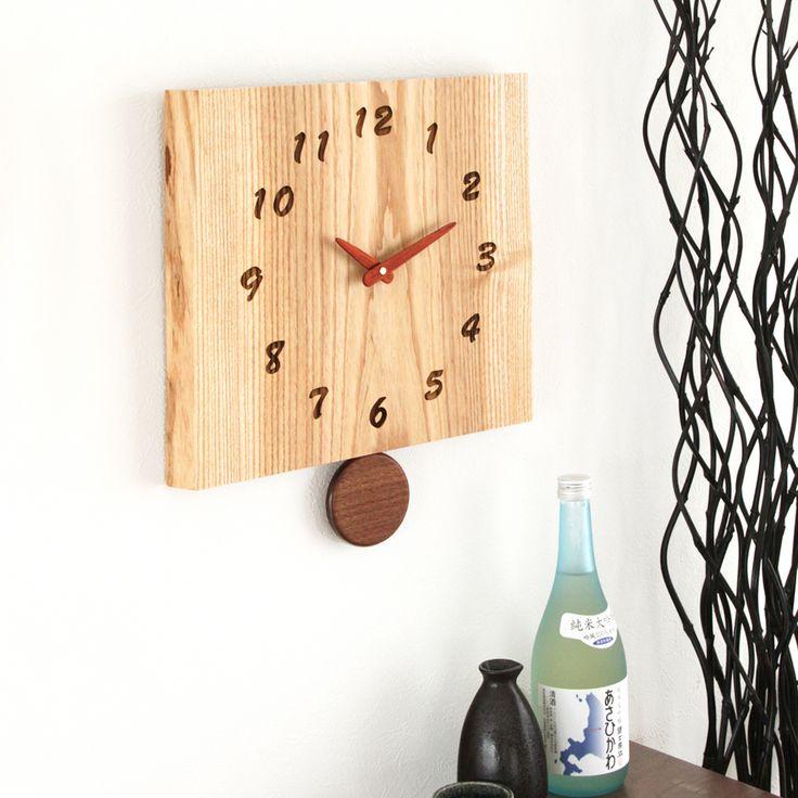 工房 ペッカーF12 耳付き振り子時計日々、何気なく見上げている掛け時計。しっかりと刻まれた木目のこの時計からは、自然の強い息吹を感じます。