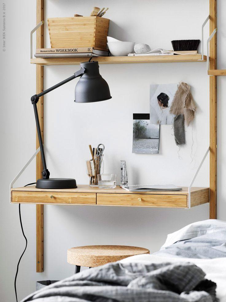 Modulen med det lilla arbetsbordet fungerar såväl som sängbord som arbetsyta. SVALNÄS skrivbordsyta med 2 lådor, SVALNÄS hyllplan, SVALNÄS väggskena, HEKTAR arbetslampa, VARIERA låda med handtag, IKEA 365 + glas, SINNERLIG pall, BLÅVINDA påslakanset.