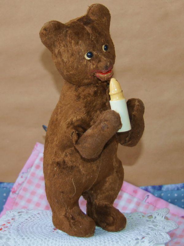 Механический медведь, СССР, работает!при заводе мишка издают урчащий звук,  поднимает-опускает лапки с бутылочкой и в такт открывает рот!Высота 23 см.  СССР, 1950-60 гг.