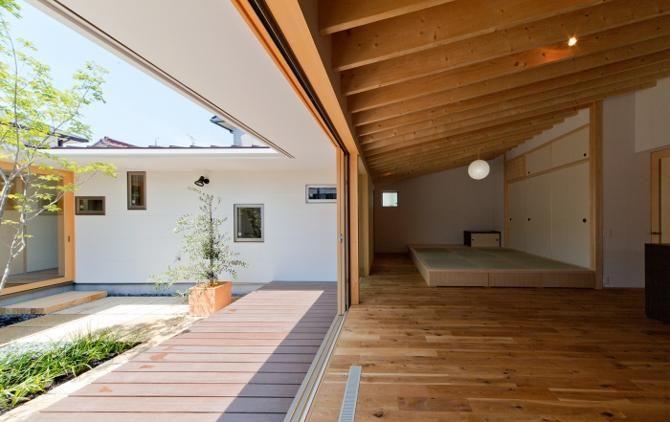 リビングの天井は垂木の化粧表し天井、垂木がリズムのある陰影をつくってくれます。<br /> 畳コーナーは建具なしでご主人が囲碁を楽しまれるスペース、掘りごたつ形式です。<br /> 中庭に面した小窓はトイレ・洗面・お風呂・趣味室、ランダムに配置しました。 専門家:鳥山敦生が手掛けた、中庭に面した開放的なリビング(平屋のコートハウス)の詳細ページ。新築戸建、リフォーム、リノベーションの事例多数、SUVACO(スバコ)