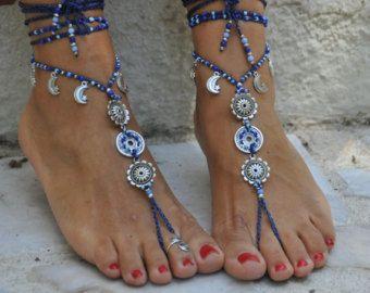 Questo elenco è per un paio di sandali a piedi nudi e un anello di punta. I sandali di pelle blu (foto 3 e 5) sono anche disponibili in negozio: https://www.etsy.com/listing/238641115/blue-suede-leather-sandals-fringe-hippie?ref=shop_home_active_1   Sandali a piedi nudi belli e unici con una vibrazione tribale. Sembrano grandi come collana o sulle mani troppo :)  Fatto a mano alluncinetto con amore e cura utilizzando Cordone cerato poliestere, collegamenti argent...