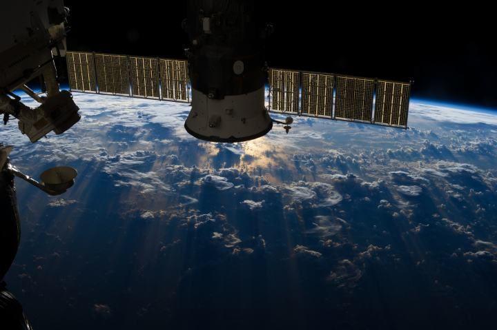 Ciężkie chmury burzowe nad Oceanem Atlantyckim niedaleko wybrzeży Brazylii. Robiący zdjęcie astronauta uchwycił nawet zjawisko zwane refleksem słońca na wodzie, polegające na odbiciu promieni słonecznych od powierzchni wody (zwłaszcza morza lub oceanu)