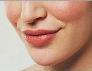 Bibir yang lembab tentunya akan menjadikan penampilan anda menarik. lain halnya dengan bibir yang kering dan pecah-pecah. sebenarnya bibir yang kering dan pecah-pecah bisa terjadi akibat penggunaan kosmetik yang salah, kebiasan buruk merokok, perubahan suhu dan cuaca yang ekstrim dll. Namun, anda tidak perlu risau, karena anda bisa mengatasinya dengan 7 Tips dan Cara Mengatasi Bibir yang Kering dan Pecah Secara Alami.