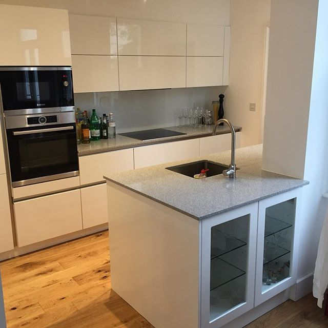 Just a few of our kitchens Italian doors White high gloss (integrated handle) with Hanex Worktop with franke undermount sink #hanex #solidworktop #highgloss #modernkitchen #brightonkitchens #hovekitchens #modernkitchen #frankesinks #franketaps #kitchen #brighton&hove