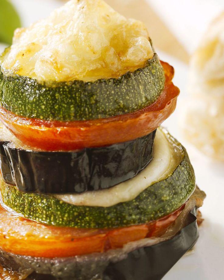 Deze groentetorentjes met mozzarella zijn een heerlijk vegetarisch ovengerechtje. Lekker als hapje, voorgerecht of hoofdgerecht!