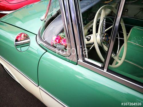 Bunte Plastikblumen hinter der Panoramascheibe einer deutschenOpel Rekord P1 Limousine der Wirtschaftswunder Ära mit Zweifarbenlackierung in Wettenberg in Hessen