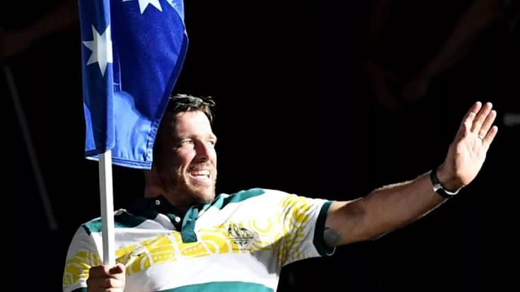 Kurt Fearnley carries the Australian flag into the closing ceremony. Photo: AAP  The paralympian retires triumphant at the Commonwealth Games in Queensland 2018
