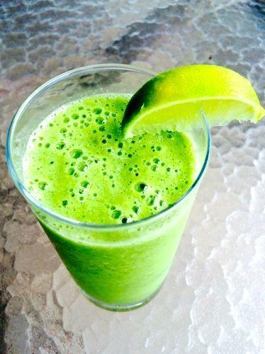 Pancita llena y vientre plano con esta receta de licuado verde de frutas y espinaca | ¿Qué Más?