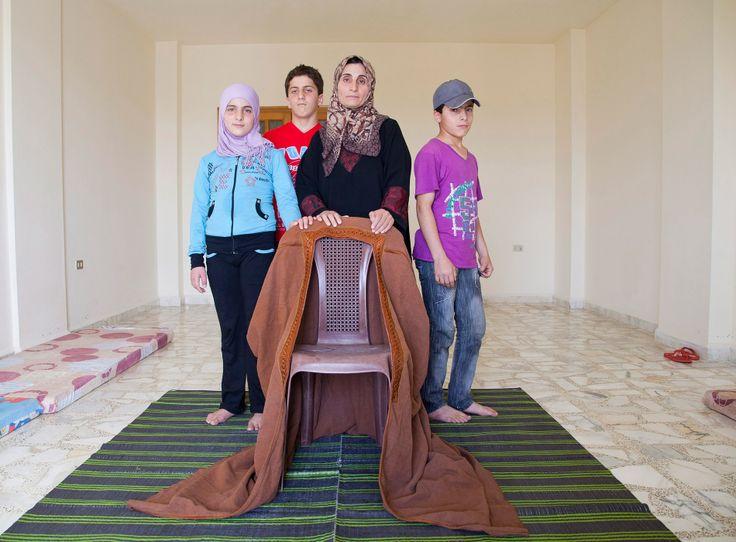 라합과 아이들은 레바논 코바야트(Qobayat)의 한 아파트에서 살고 있습니다. 집안에는 가구도 없고, 아이들은 아버지의 옷을 입고 지냅니다. 아이들의 아버지는 시리아 홈스에서 이웃집에 떨어진 포탄에 사망하였습니다 http://www.unhcr.or.kr/futureofsyria