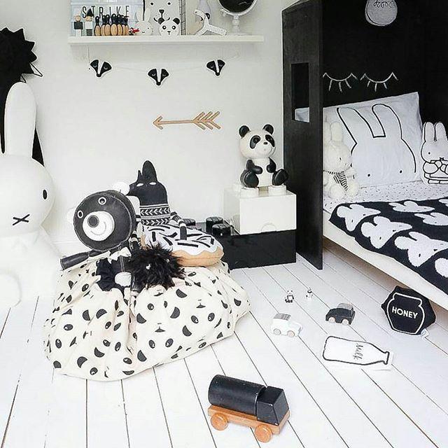Awesome black & white kids room. Panda bags available on the shop minigrenadine.com // Magnifique chambre d'enfants en noir & blanc. Les sacs panda @play_and_go sont disponibles sur la boutique minigrenadine.com @kidsdesignlife #kidsroom #kidsdecor #kidsdecoration #kids #storagebag #playandgo Play & Go