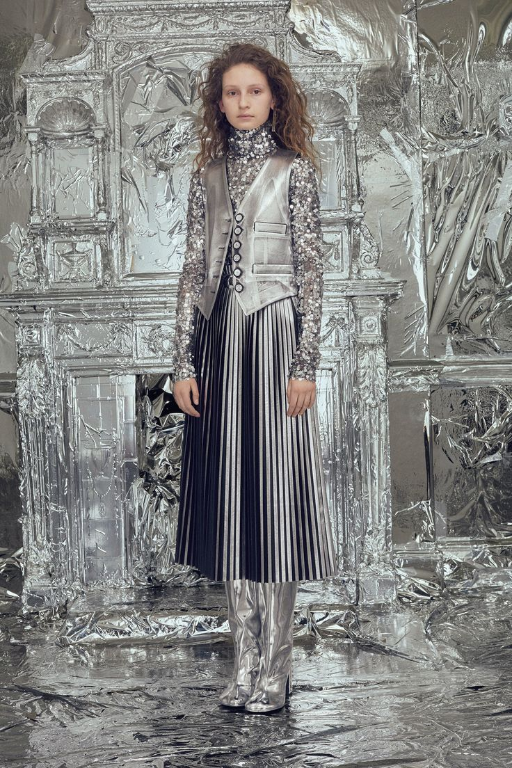 The complete MM6 Maison Margiela Fall 2018 Ready-to-Wear fashion show now on Vogue Runway.