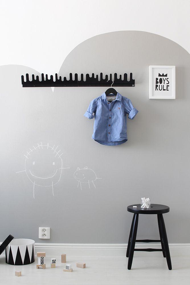 Tiina Ilmavirta Design Wash -blogista maalasi lastenhuoneen seinään hauskan pilvikuvion Liitu-maalilla. Liitu-maali on sävytetty #Valamo #V487 -sävyyn. #tikkurila #liitu #lastenhuone #liitutaulu #maali #kidsroom #playroom