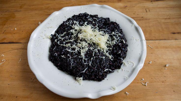 Svart ris är en trendig nyhet just nu och väldigt spektakulärt att servera. Här har den fått sällskap av höstiga trattkantareller i en krämig risotto. ...