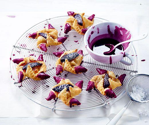 Zwetschgen-Windrädli: Violette Holunder-Glasur-Spitzli machen diese herzigen Windrädli zum Hingucker! #Rezept #Backparadies
