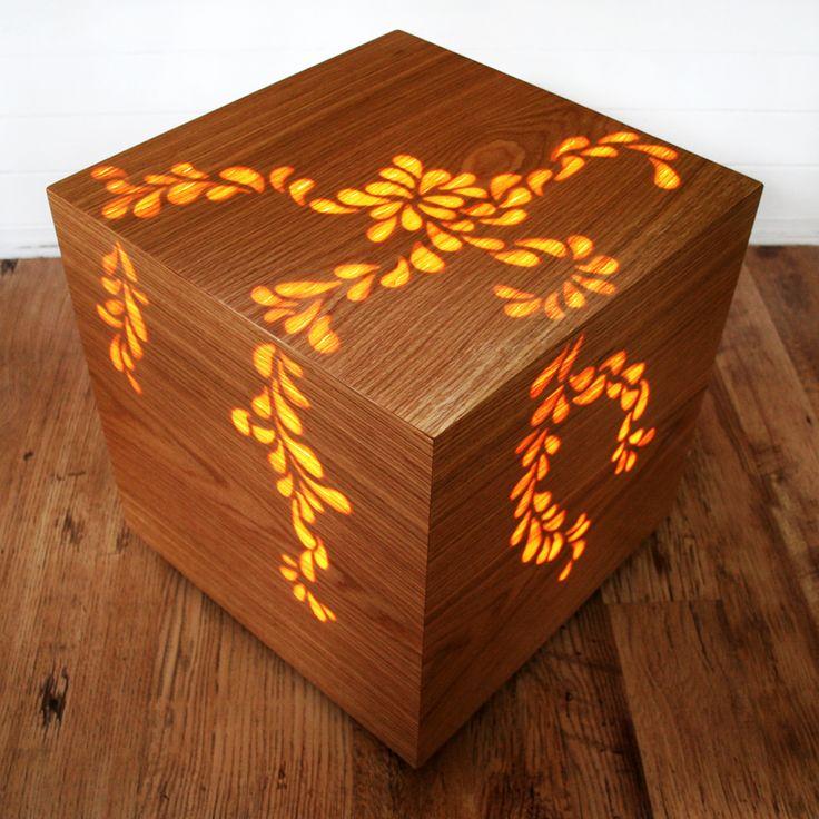 Wooden light box, caja de madera que al iluminarla muestra su labrado interior y en su estado natural es simplemente un cubo de madera.
