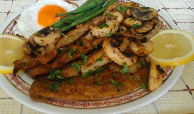 Fűszeres sült tengeri halfilé, pirított gombával, zöldséggel és tükörtojással