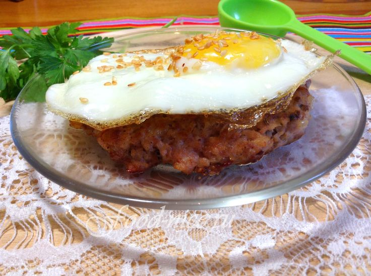 Современный упрощенный рецепт бифштекса с яйцом, дополненный ароматным кунжутом