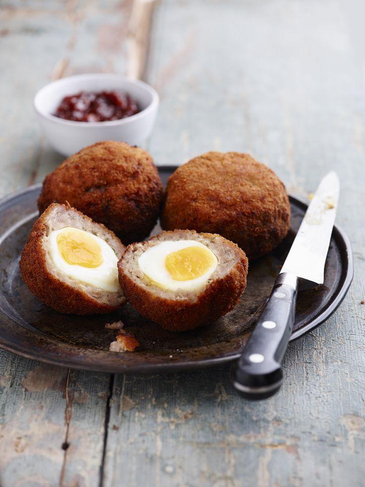 Le scotch eggs consistono in uova sode farcite con salsiccia insaporita con salsa Worcester: ideali per un pranzo all'aperto o un buffet.