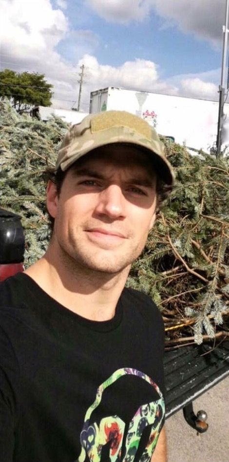 Now Cavill if you bring the perfect Xmas tree to my place, I promise you a present you'll love to unwrap...lol!!! ;)