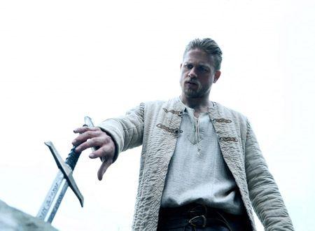 映画『キング・アーサー』の作品情報:アーサー王をめぐる伝説をベースにしたアクション。王であった父を殺されてスラム街で生きてきた男が、聖剣エクスカリバーを手に親の敵である暴君に立ち向かう。メガホンを取るのは、『シャーロック・ホームズ』シリーズなどのガイ・リッチー。