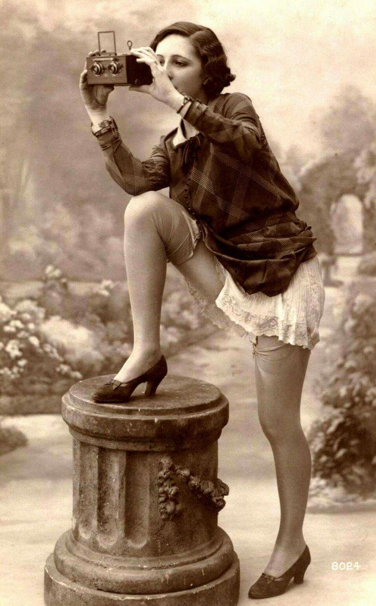 Lady photographer from the '20's. Or more likely a model shooting a camera – #20s #Camera #Lady #Model #Photographer