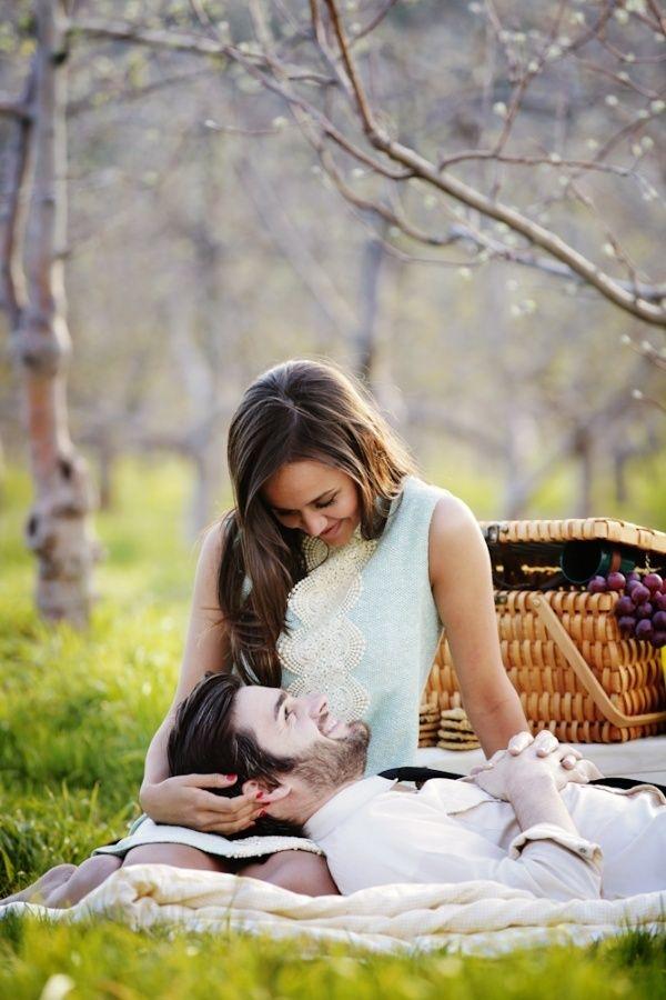 Brilliant Ideas for Picnic Engagement Photo Session