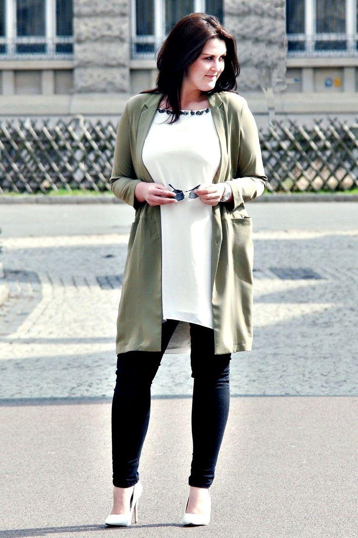 Weißes Kleid, mit olivfarbener Jacke und Pumps. Mehr dazu auf www.kurvig-schoen.de