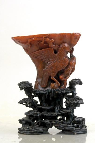 Chine, XVIIIe siècle, dynastie Qing. Coupe libatoire, corne de rhinocéros, h. 17,6 cm (avec socle).  Adjugé : 97 000 € Saint-Malo, samedi 5 août. Émeraude Enchères OVV.  M. Delalande.