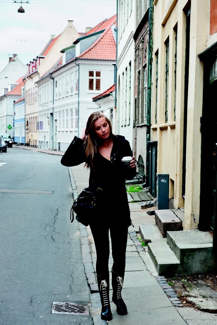 Regnjakke fra Ilse Jacobsen Hornbæk 1300,- Gummistøvler til 900,-