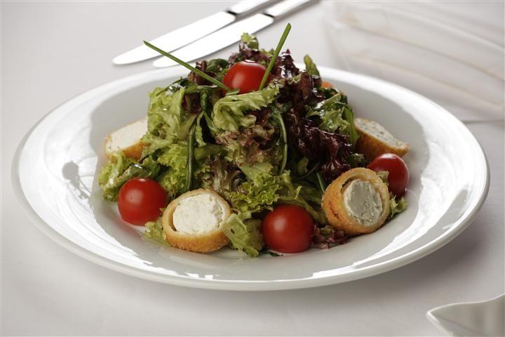 Salata mesclun cu branza de capra in pesmet panko la Hotel Simfonia ****
