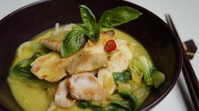 Nudlová polévka s kari a bok choy. Kombinace kokosového mléka, kari a bok choy vás překvapí svojí úžasnou chutí.