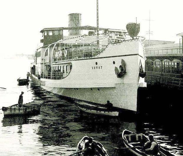 """Şehir hatları işletmesi vapuru """"Suvat"""" Karaköy iskelesinde."""