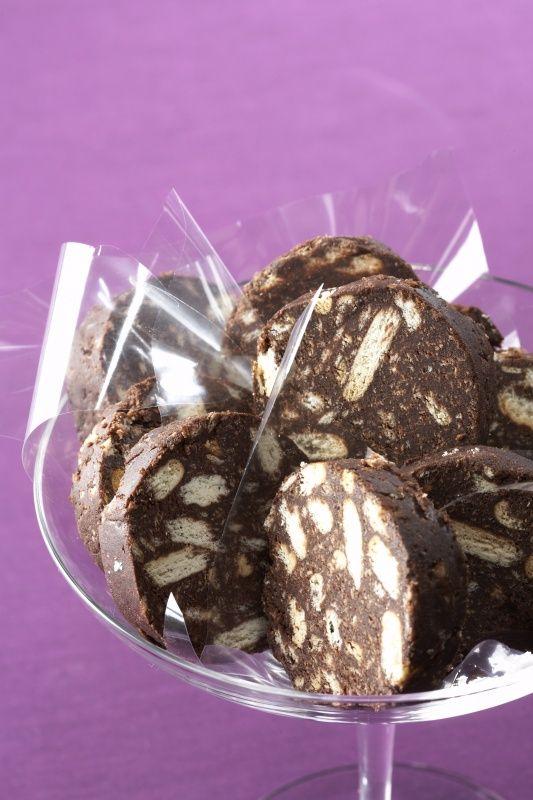 Čokoládový salámek  300 g sušenky másl 200 g cukr moučk  110 g čokoláda hořká  100 g máslo  50 g kakao  0,2 dl rum  Sušenky rozdrtíme. Čokoládu nakrájíme na kousky a rozpustíme ve vodní lázni nebo mikrovlnné troubě. V míse utřeme máslo s cukrem do pěny. Přidáme rozpuštěnou čokoládu, rum (likér), kakao a rozdrcené sušenky a vypracujeme tuhé těsto. Vytvoříme z něj váleček, zabalíme ho do alobalu a necháme ztuhnout a nakrájíme ho na silnější plátky.