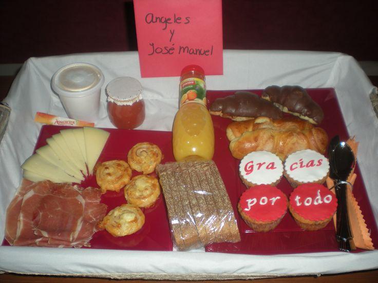 Desayuno para celebrar un Aniversario!! Un precioso detalle de su hija!   Compuesto por: café con leche, zumo de naranja, 2 curasanes, 2 curasanes de choco, 4 cupcakes personalizadas, 4 hojaldres, queso, jamón, pan tostado y tomate rallado. Todo en una cesta de mimbre!!