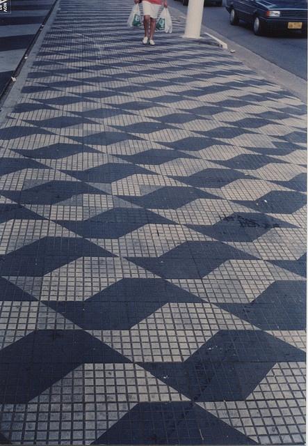 Sao Paulo sidewalk  Em 1966 a artista plástica Mhirtes Bernardes  venceu o concurso para desenhar passeios públicos. Criou o mapa estilizado do Estado de São Paulo que enfeita nossas calçadas.
