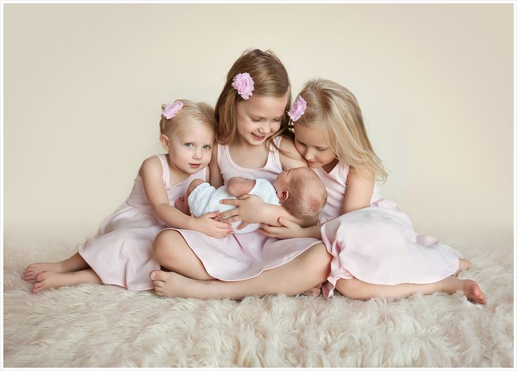 Las vegas child portrait photographer lisa holloway of ljholloway photography photographs three sweet sisters as they welcome their newest baby sister into