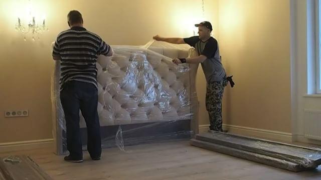 """👍🏼Небольшой ролик о том, как происходит процесс сборки готовой кровати на объекте. 👌🏼В видео участвует популярная модель кровати """"с ушками"""". Пикованное изголовье, царги обтянуты тканью (которую можно снять и постирать), подъемный механизм, отделка штучным гвоздем. ✅в срочном порядке долелываем все заказы и уходим в отпуск, но с удовольствием примем заказ на конец августа или осень😉 #мебельназаказ #кроватьназаказ #irinabuzakova"""