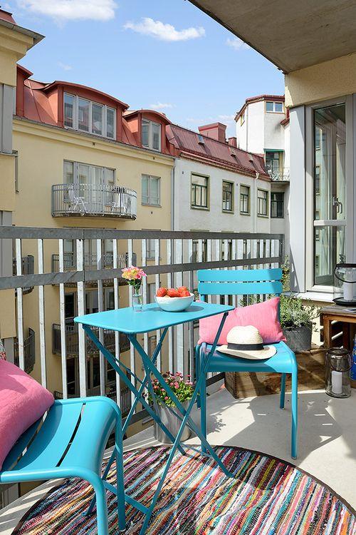 What a refreshing view!  These bright colors can add a rejuvenated feel to almost any outdoor patio! #colorful #patio Des idées pour aménager et décorer un balcon, épinglées par Helpmaison groupement d'artisans wallons du Bâtiment ( Belgique ) http://helpmaison.com/2014/05/03/helpmaison-vous-aide-a-transformer-vos-reves-en-realite/