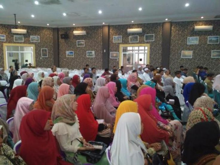 "Astri Ivo: Didik Anak dengan Kelembutan dan Kesabaran  KONFRONTASI - Ustazah sekaligus mantan artis cilik era 70-an Astri Ivo menjadi pembicara di acara Seminar Nasional Islamic Parenting ""Sepasang Sayap Menuju Surga"" di Aula Kantor Bappeda Aceh Barat pada Selasa (6/12/2016).  Acara yang diadakan oleh Badan Koordinasi Muballig se-Indonesia (BAKOMUBIN) Aceh Barat bersama Forum Muda untuk Syariat Islam (FORMUSI) Aceh tersebut dihadiri oleh 500 peserta dari berbagai kalangan termasuk Plt Bupati…"