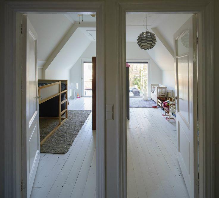 V patře doznal prostor největších změn. Vznikly dva stejně velké zrcadlově obrácené dětské pokoje.