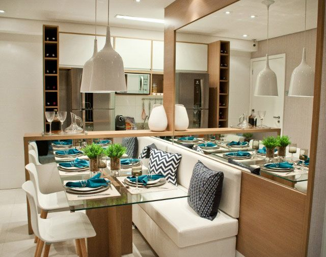 Sala de jantar | Espelhos | Painel madeira | Iluminação | Cadeiras + banco