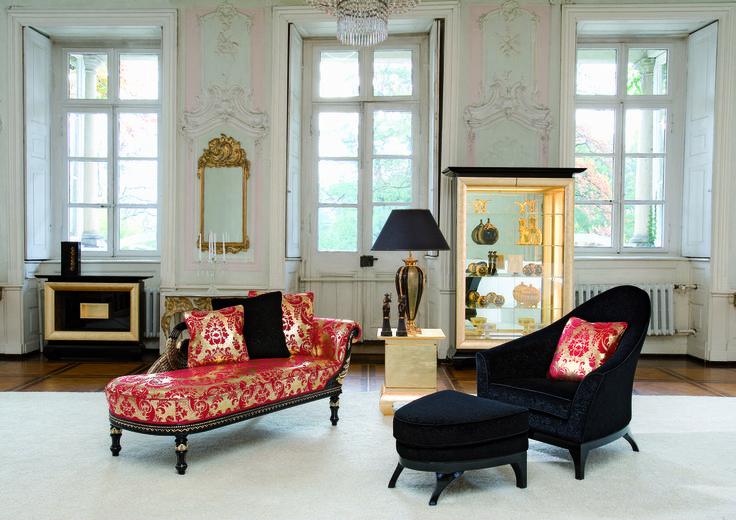 """Eine banale Wohnzimmerliege? Ist uns zu schnöde! - Erstens sind all diese wunderschönen Möbelstücke vor allem dadurch gekennzeichnet, dass sie eine Kombination aus Sitz- und Liegemöbeln darstellen. Und zweitens klingen die alten Namen für das entspannende Möbelstück doch um einiges vielversprechender, als die üblichen Betitelungen à la """"Bettcouch"""", """"Sitzbank"""" oder """"Liegesofa"""". Legen (und setzen) wir uns also auf die schönen Möbel und lassen wir uns von ihrem exklusiven Design verführen."""