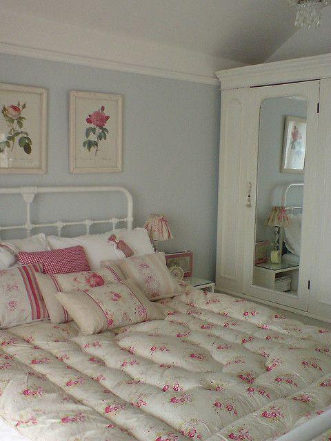 Gorgeous pillows and eiderdown.